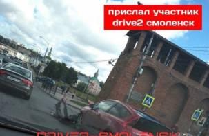В Сети появились фото аварии на перекрестке улиц Большой Советской и Соболева