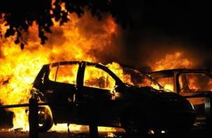 В Смоленске на Киселевке сгорели две иномарки (видео)