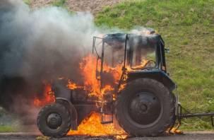 В Ершичском районе полыхал трактор с прицепом
