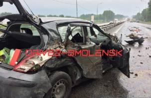 На трассе М1 в Смоленской области разбилась иномарка, в которой ехала семья