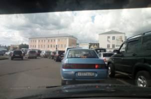 Из-за ДТП в Смоленске парализована Колхозная площадь