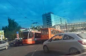 В Смоленске трамваи «зависли» из-за ДТП на рельсах