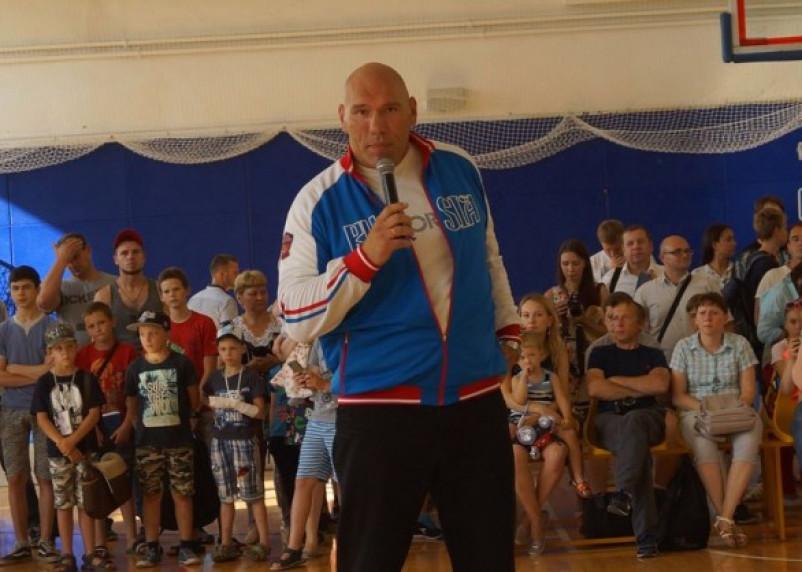 Николай Валуев учил юных смолян боксу