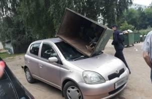Вандалы в Смоленске разгромили мусорные контейнеры и повредили автомобили