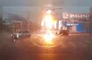 Удар молнии в светофор в Смоленске оказался снят на видеорегистратор