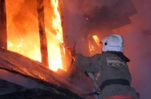В Ярцеве из горящего дома эвакуировали пять человек