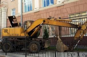 В Смоленске экскаватор влетел в ограждение Госбанка