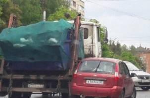 В Смоленске не разъехались легковушка с мусоровозом