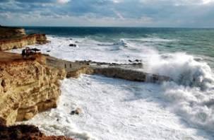 В Крыму туристов из Смоленска смыло штормовой волной в море