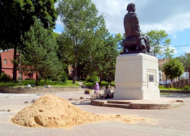 Ремонт площадки возле памятника Микешину превратился в профанацию