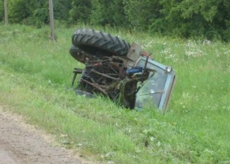 Смоленский водитель легковушки «отправил» трактор в кювет