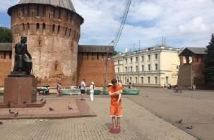 В центре Смоленска появились люди в тазиках