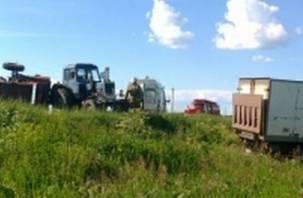В смоленской глубинке не поделили дорогу трактор и грузовик