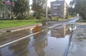 В Сети появилось видео, как коммунальщики в Смоленске затопили улицу 25 Сентября