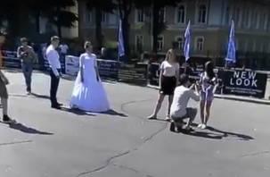 Смолянина женили прямо на площади Ленина