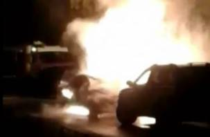 В Смоленске на видео попала горящая машина, у которой взорвался бензобак