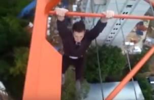 На видео попали смоленские подростки, повисшие на 100-метровой высоте