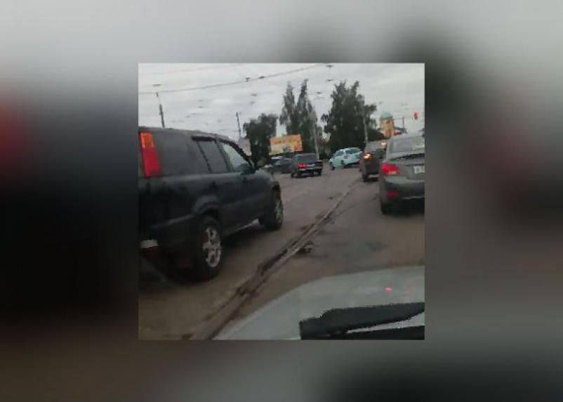 Смоленские водители жалуются на разбитый трамвайный переезд на Кашена