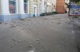 В центре Смоленска на тротуар рухнул огромный кусок фасада