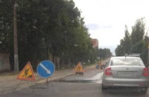 Это прорыв! На улице Тенишевой в Смоленске раскопали новенький асфальт