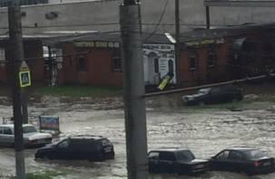 В результате сильного ливня в Смоленске «утонули» автомобили