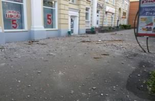 В Смоленске устраняют последствия обвала лепнины с фасада здания