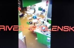 В Смоленске затопило магазин: в Сети появилось видео