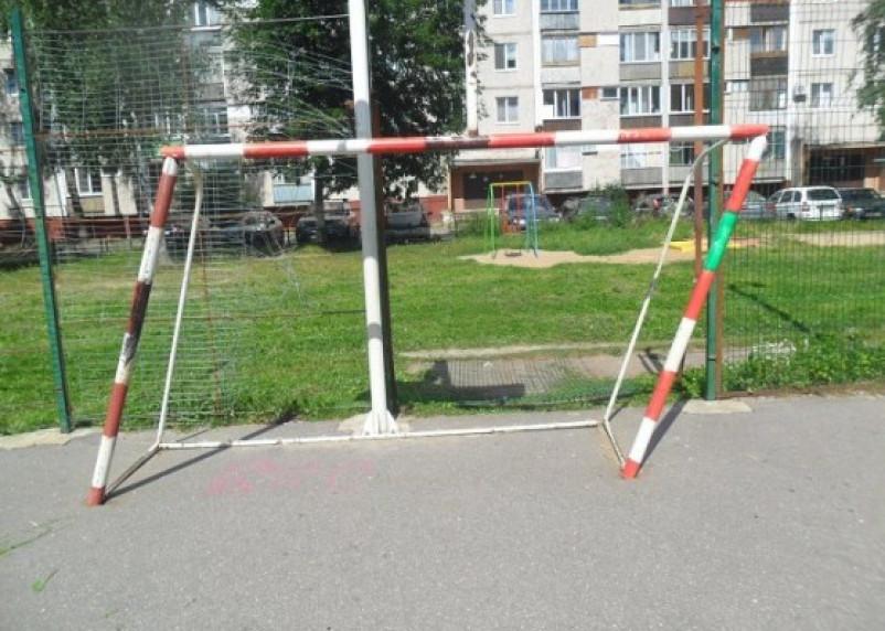 Падение футбольных ворот на девочку в Десногорске заинтересовало смоленских следователей