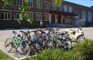 На территории смоленских школ появились велопарковки