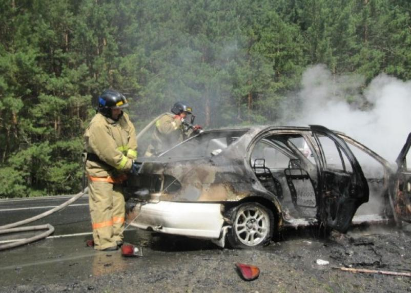 На трассе М-1 средь бела дня загорелся автомобиль