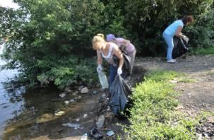 По берегам смоленских водоемов собрали 50 мешков мусора