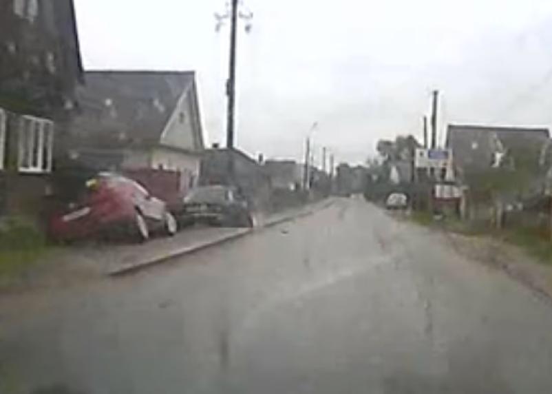 В Смоленской области на видео попали два авто, «улетевшие» в кювет