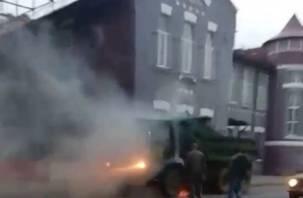 В Смоленске на оживленной улице в движении загорелся «Камаз»