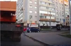 В Смоленске на видео попал жуткий момент ДТП, в котором иномарка сбила девочку
