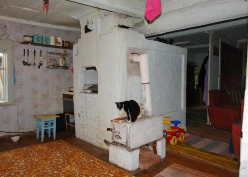 Смолянка и ее четверо детей мерзнут в ветхом доме