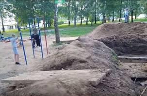 На видео сняли опасные траншеи, в которых играют смоленские дети
