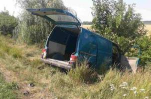В Смоленской области микроавтобус влетел в отбойник и съехал в кювет