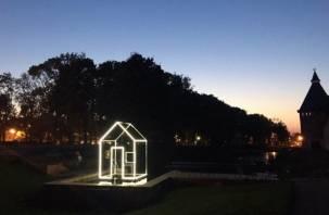 В Смоленске появился новый временный арт – объект в виде светящегося дома