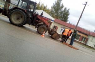 В Вязьме дорожные ямы залатали кирпичами