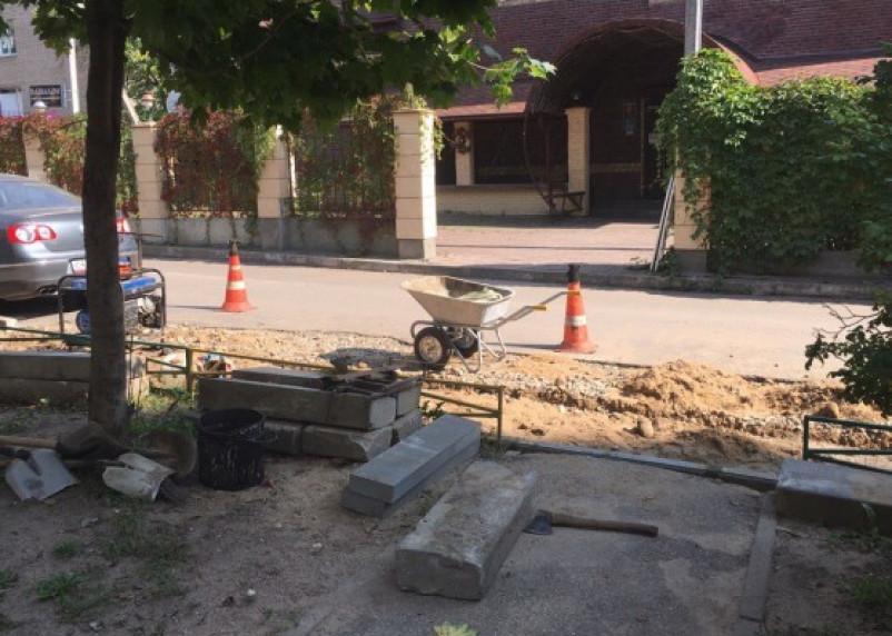 Смоленские рабочие оставили топор прямо возле детской площадки
