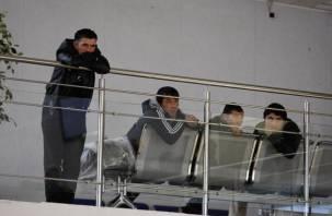 Пятеро иностранцев в сопровождении приставов покинули Смоленщину