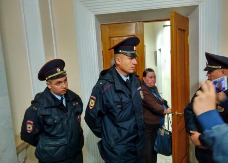 Стоят грудью: смолян не пускают на публичные слушания по поводу судьбы Соловьиной рощи