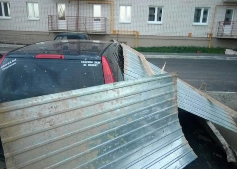В Смоленске иномарку накрыло строительным ограждением