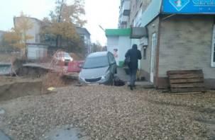 В Смоленске Kia провалилась в яму «точечного» новостроя