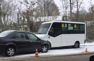 «Неожиданно» выпал снег: в Смоленске одна за одной «бьются» машины
