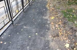 «И так сойдет…». Смоляне в шоке от ремонта тротуара в центре города