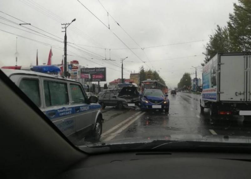Очередное ДТП на Шевченко: столкнулись ВАЗ и Mazda