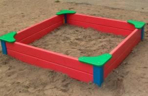 Смоленские дворники воруют песок у детей: в Сети появилось видео
