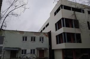 В Смоленске возле Лопатинского сада появилось «здание-переросток»