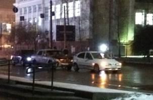 В Смоленске на Кирова собрался паровоз из машин, а троллейбус и «хендай» не разъехались